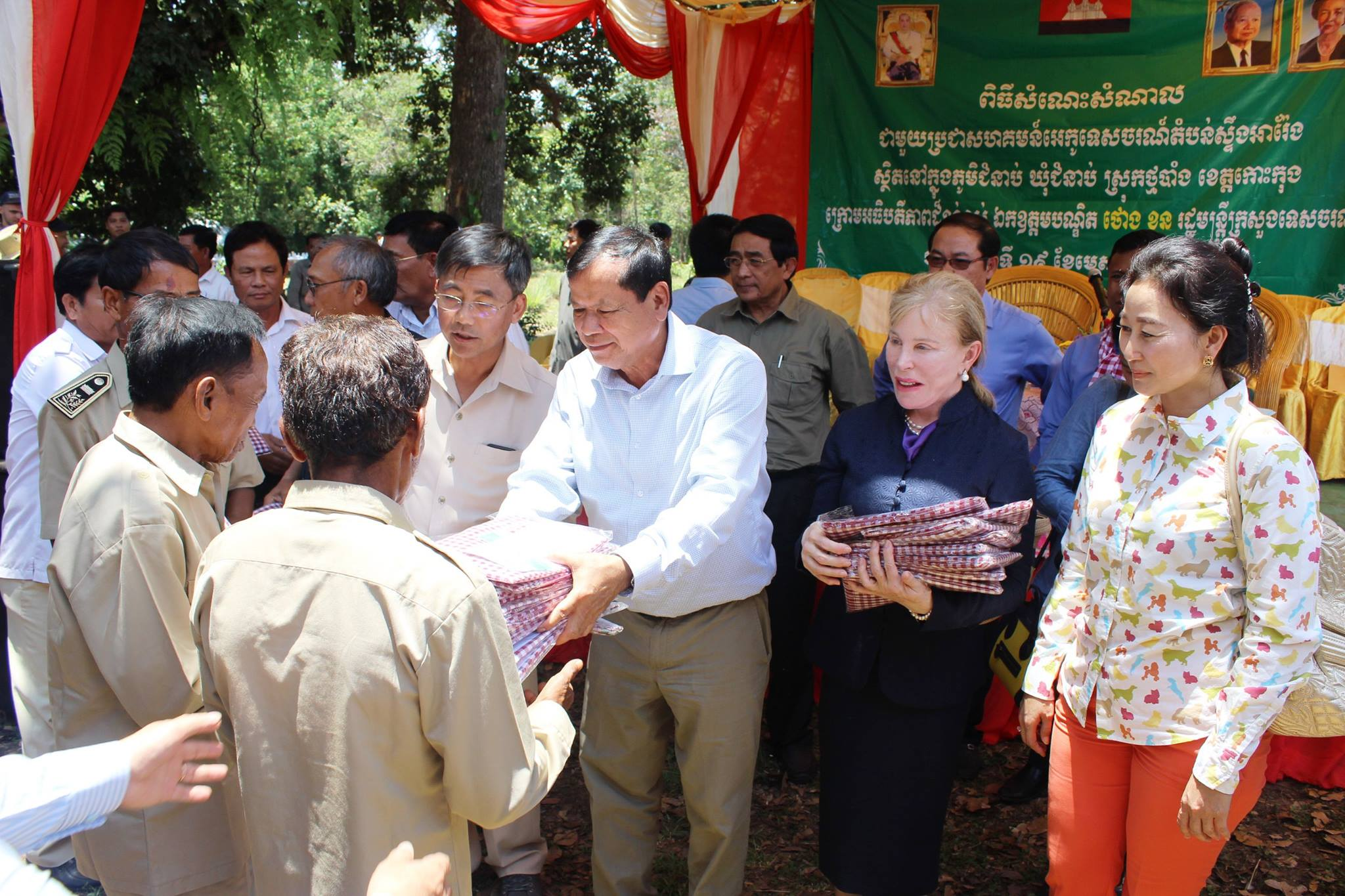 Community-Based Ecotourism Chhay Areng Valley - H.E. Thong Khon, Minister of Tourism and Suwanna Gauntlett CEO WA Community-Based Ecotourism Chhay Areng Valley – H.E. Thong Khon, Minister of Tourism and Suwanna Gauntlett CEO WA HE Thong Khon and CEO Wildlife Alliance Suwanna Gauntlett Chhay Areng Valley community