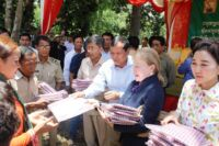 Community-Based Ecotourism Chhay Areng Valley – H.E. Thong Khon, Minister of Tourism and Suwanna Gauntlett CEO WA HE Thong Khon and CEO Wildlife Alliance Suwanna Gauntlett Chhay Areng Valley sharing gifts to the community 200x133