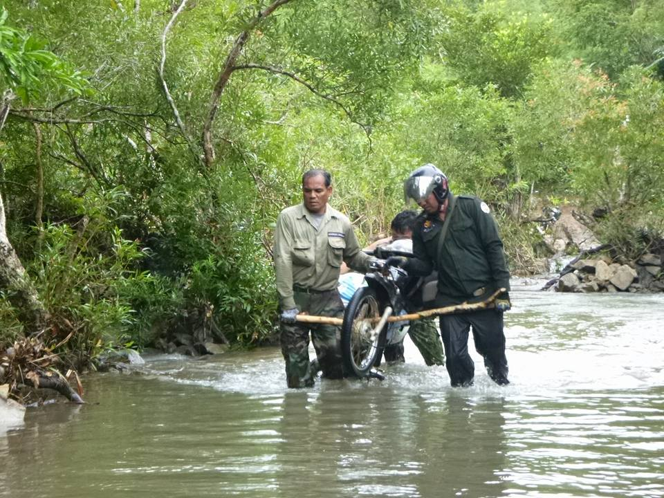 wildlife alliance rangers fighting loggers in cambodia Wildlife Alliance Rangers fighting loggers in Cambodia river crossing