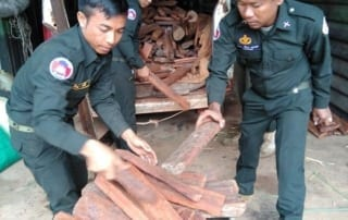 minivan precious timber Minivan loaded with precious timber was confiscated by Trapeang Rung Patrol Station Confiscated precious wood 320x202