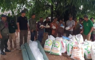 conservation Conservation Turned to Relief Efforts Wildlife Alliance help villagers durring floods 320x202